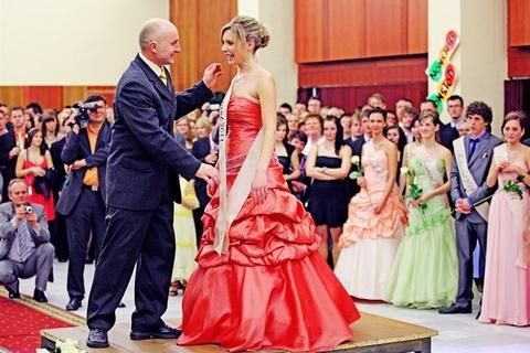 Nechejte se inspirovat a vynikněte na svém plese stejně jako Veronika!  (Více o soutěži s ona.idnes.cz viz http   ona.idnes.cz …- krasa.aspx … ) c97de78a55